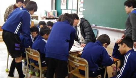 下級生には先に上手に書けた上級生が教えてくれます。